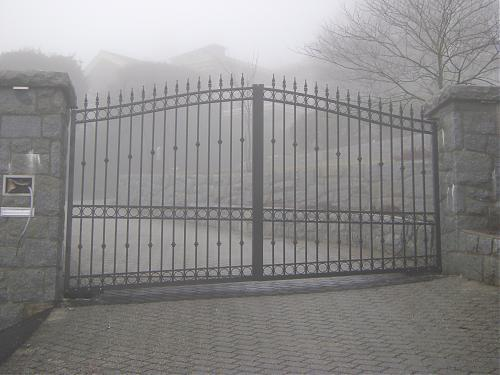 Arched aluminum driveway gate with ballisters